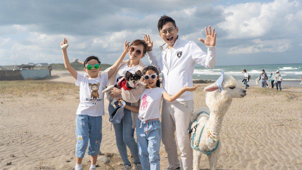王宥忻(左二)帶著老公、小孩與寵物草泥馬。圖/固力狗娛樂提供