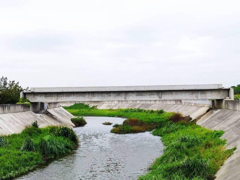 橫越台南市後壁區菁寮大排的「行沙橋」去年7月竣工,今天下午舉行引道工程動土,預定明年6月通車,可望解決當前「有橋沒路」窘況。記者謝進盛/攝影