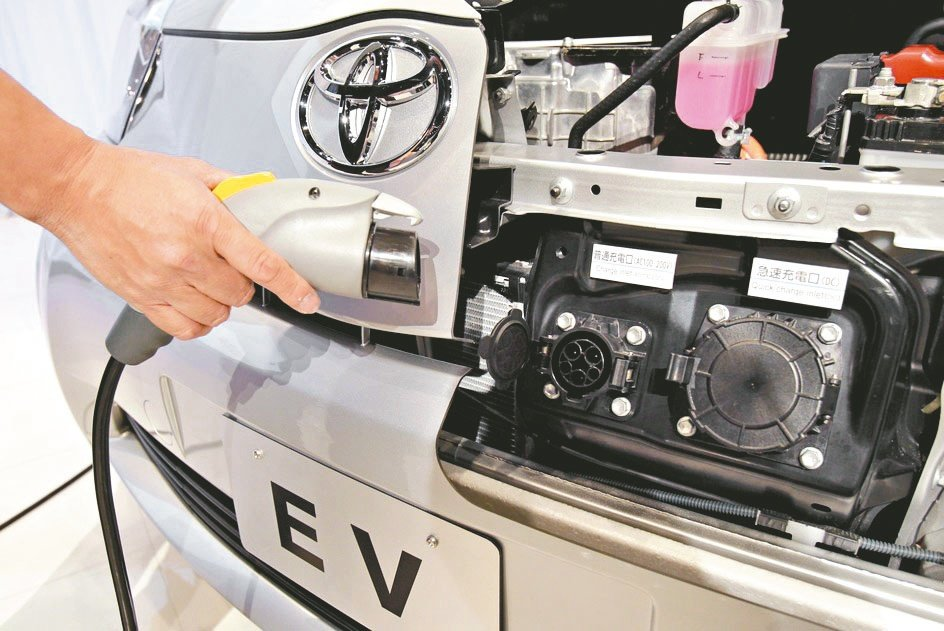 2030年代中期,所有在日本銷售的新車都將是油電混合車或電動車。(美聯社)