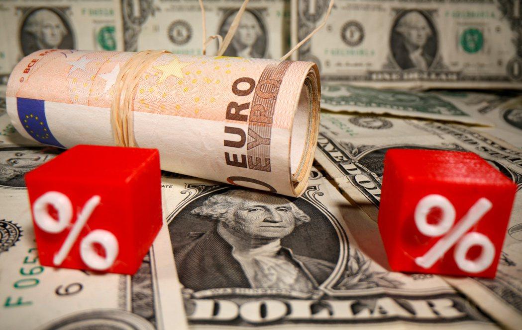 美元兌歐元匯率已貶至2018年4月來低點。路透
