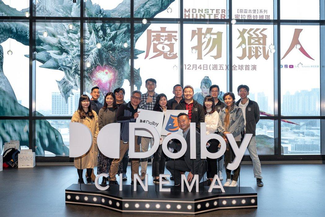 杜比實驗室內容合作總監柯永德(前排中)與台灣杜比團隊在桃園新光影城的杜比影院前合...