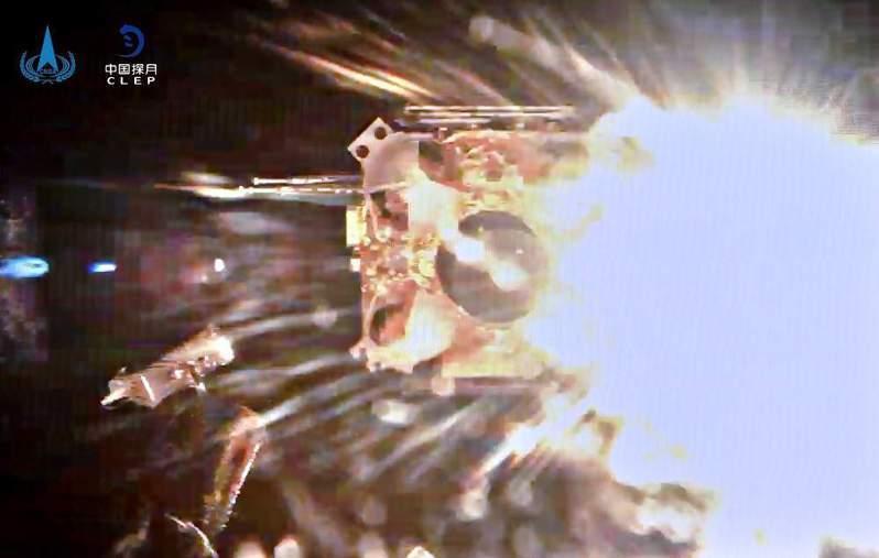 大陸嫦娥五號上升器完成「挖土」任務後起飛點火的瞬間。(中國探月)
