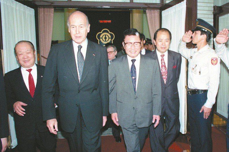 法國前總統季斯卡(左二)曾來台參訪立法院,當時的立法院長劉松藩(左三)接待。本報資料照片