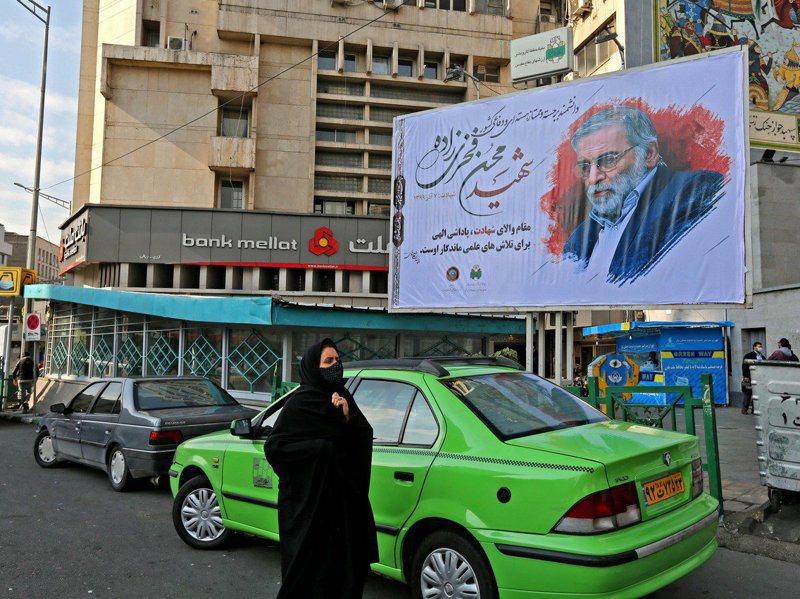 伊朗核武計畫科學家法克里薩德遇襲喪生後,德黑蘭街頭30日掛出了法克里薩德的大幅紀念海報。 法新社