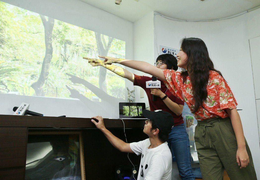 學員指著遠方的草叢裡,發現孟加拉虎有來回踱步的刻板行為。記者曾原信/攝影