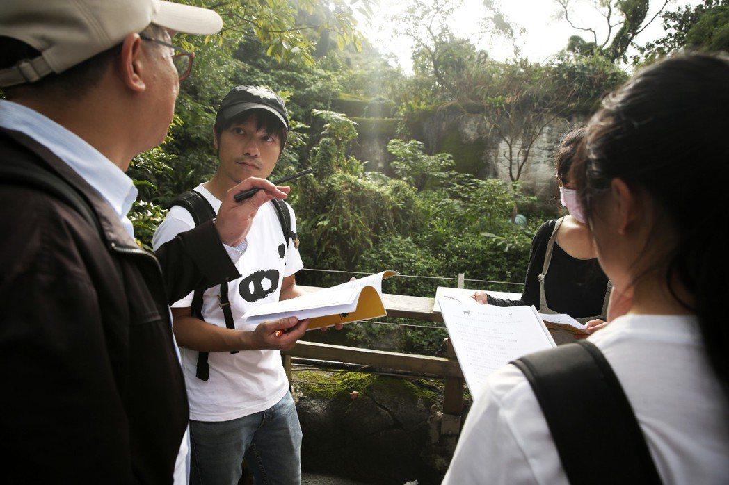 學員聚在台灣黑熊欄舍前討論動物園該如何增進黑熊的動物福利。記者曾原信/攝影