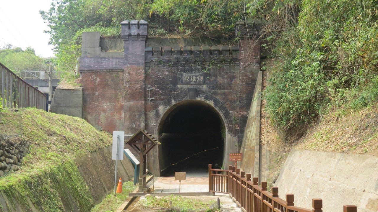 苗栗市功維敘隧道北口砌紅磚城堡造型,古樸而典雅。 圖/范榮達 攝影