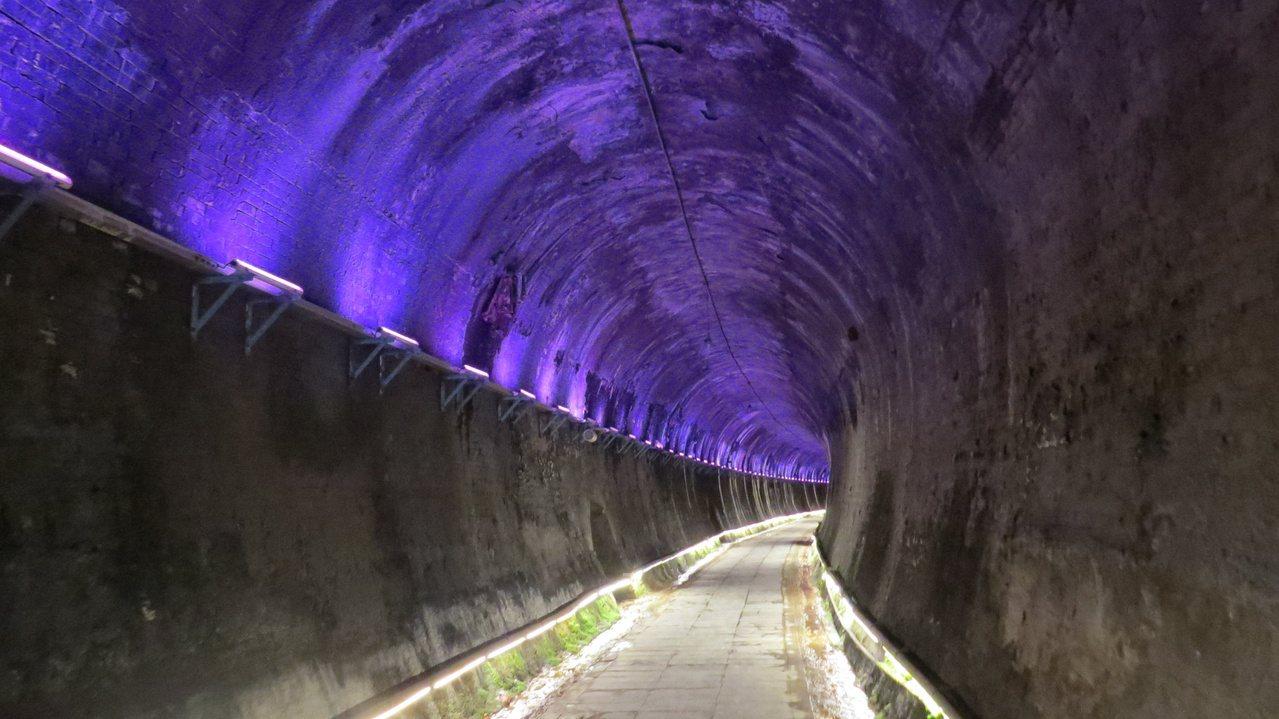苗栗市功維敘隧道有一百多年歷史,搭配七彩燈光變化相當夢幻。 圖/范榮達 攝影