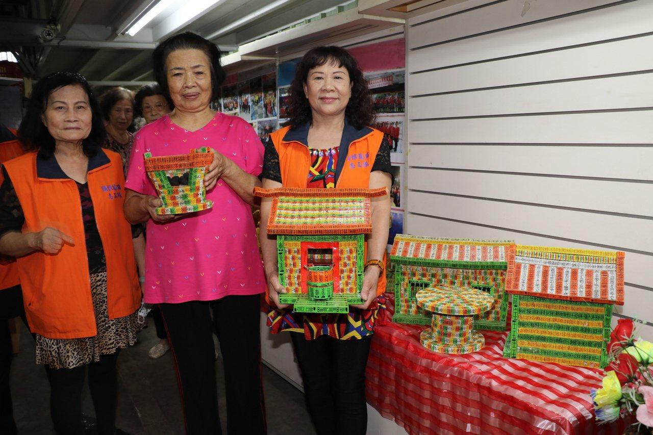 李黃不(中)與據點內其他長輩展示各項四色牌作品。 圖/王敏旭 攝影