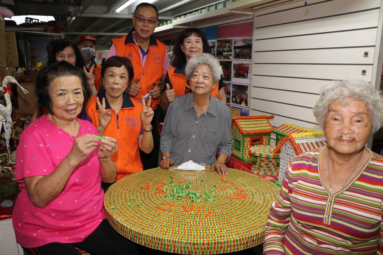 李黃不(左1)說,除了上課和共餐外,一有時間就教其他人一起做四色牌,一上牌桌,四...