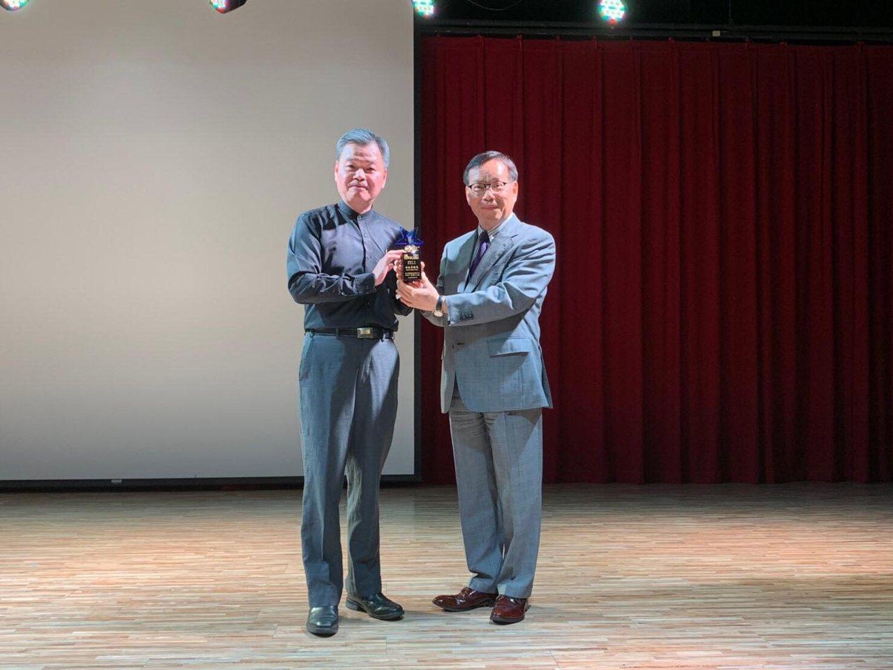 在職場闖蕩約30年,唐晞宇(左)在職場奠定豐厚人脈,他說,人際關係也是退休生活不...