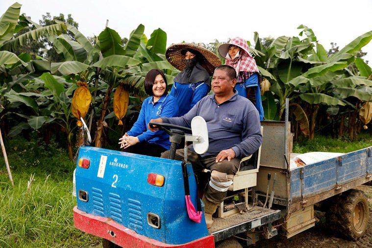 真食物專家白佩玉和永齡農場員工巡視園區。 圖/吉品保健 提供