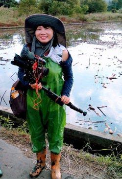 這身「青蛙裝」是下蓮藕田時不可或缺的配備,圖為導演賴麗君。圖/賴麗君提供
