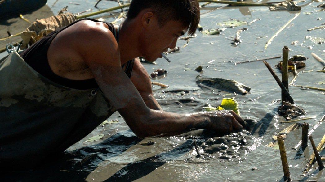 黃奕豪是一名「新二代」孩子,父母在他國小時離異。國中畢業便開始工作,這十年來,他...