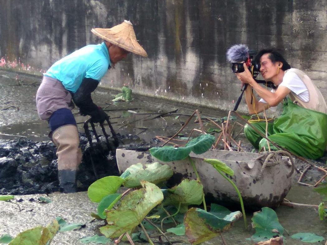共同導演彭家如跪在泥巴裡拍攝農民,這片蓮藕田多難走?他說,這裡就像「火星表面」。...