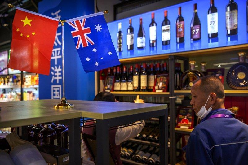 中國商務部初步裁定澳洲進口葡萄酒傾銷,進口商要繳交107.1%至212.1%比率的保證金。圖為中國國際進口博覽會的澳洲紅酒。 圖/美聯社
