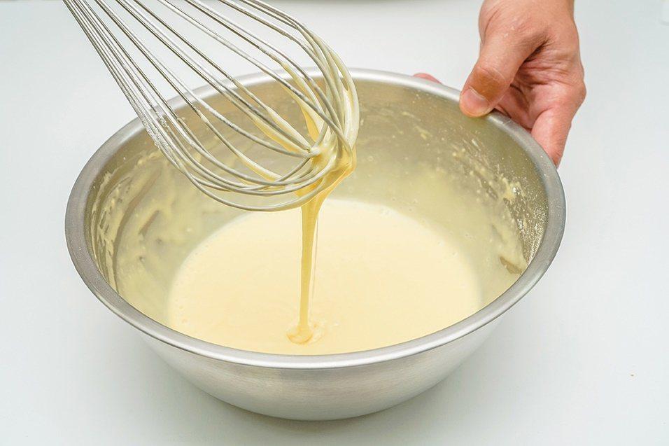 雞蛋糕麵糊:粉類過篩後加入蛋糊攪拌。 圖/優品文化 提供