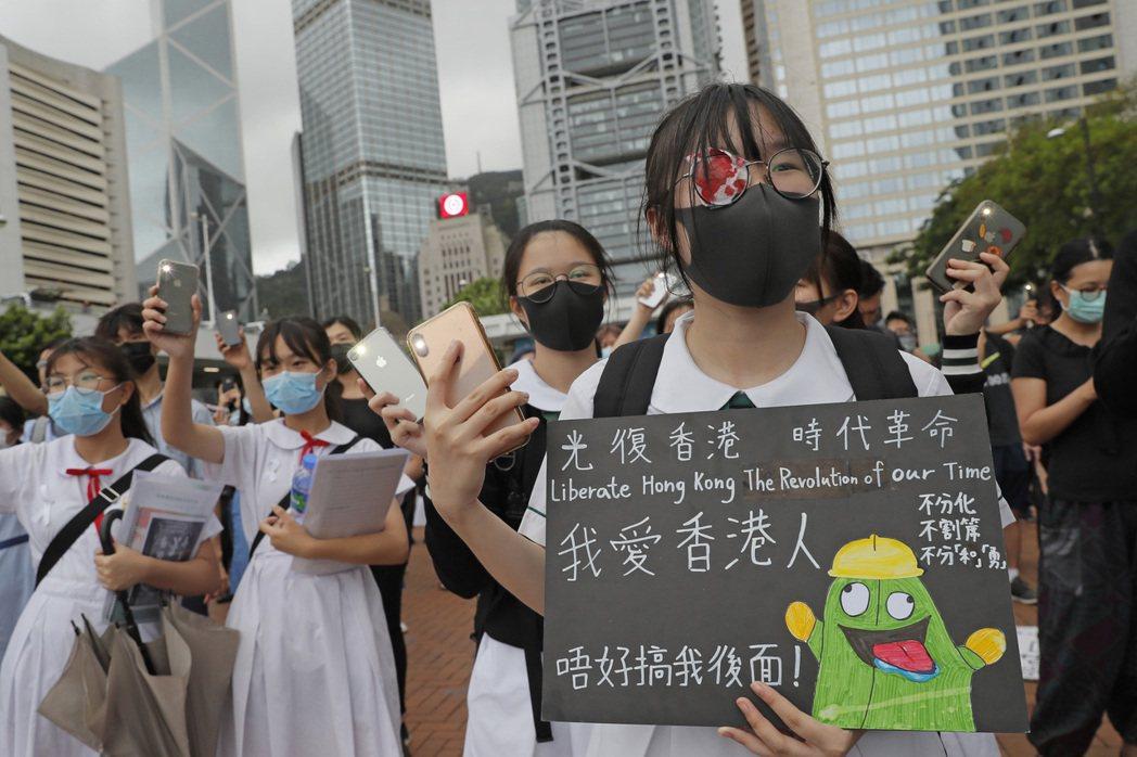 自2009年,通識課成為香港高中必修科目,更在2012年成為香港中學生進入大學必...