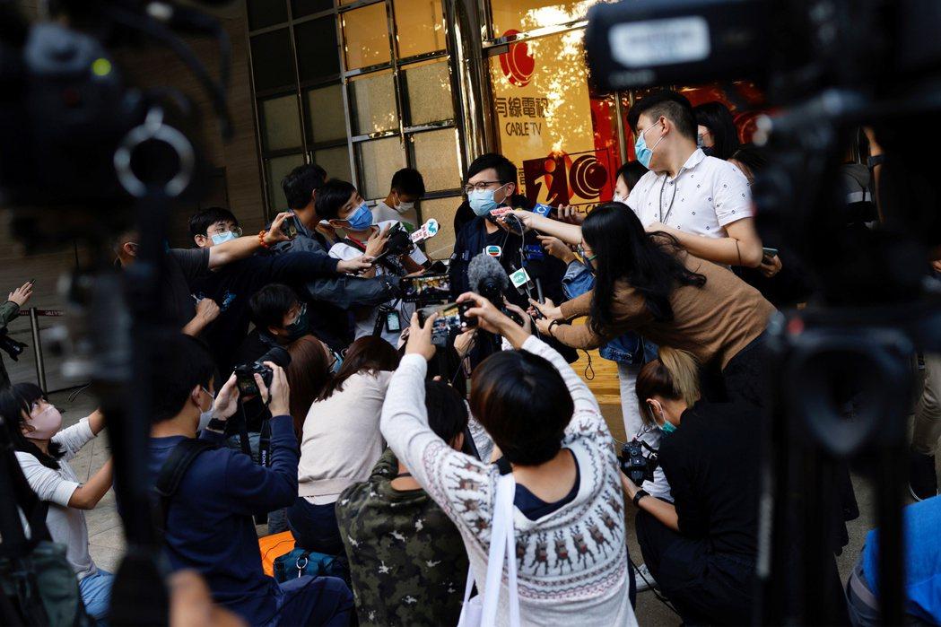在香港今日的政治氛圍中,更多人相信有線新聞所謂的「節省資源」、「架構重組」,實際...