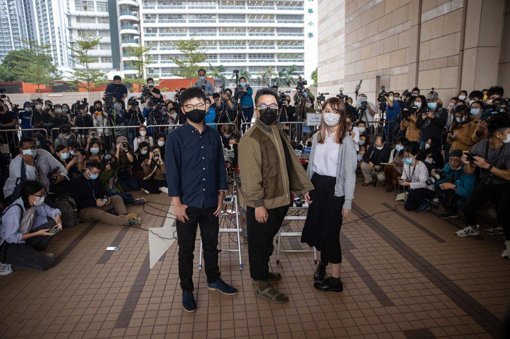 眾志三子黃之鋒、林朗彥、周庭因去年621包圍警察總案被判刑,三人分處13.5個月...