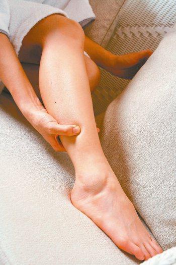 用食指按壓小腿部的脛骨面(皮下脂肪最少的地方)約2秒鐘後,如果按壓的地方會凹陷、...