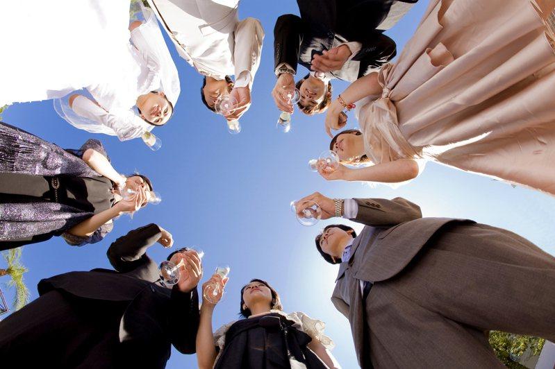 有些大方的新人會邀請「前任們」出席,不過還是難免尷尬情況發生。示意圖/ingimage