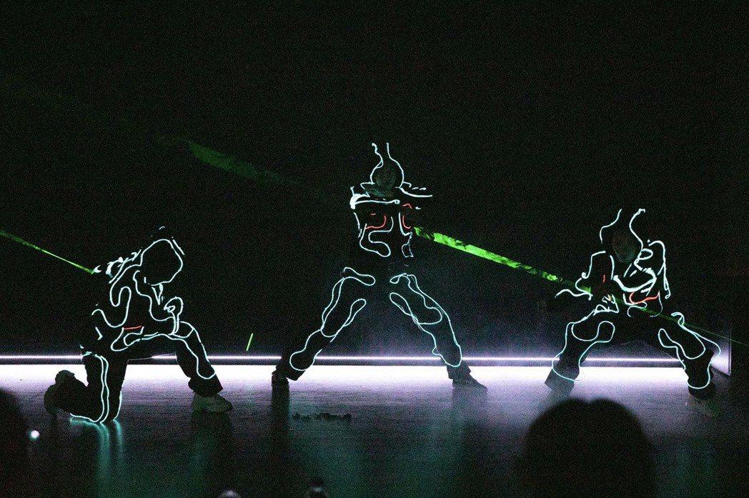記者會創新結合LED表演與原民舞蹈,傳達原住民族產業發光發亮之意。