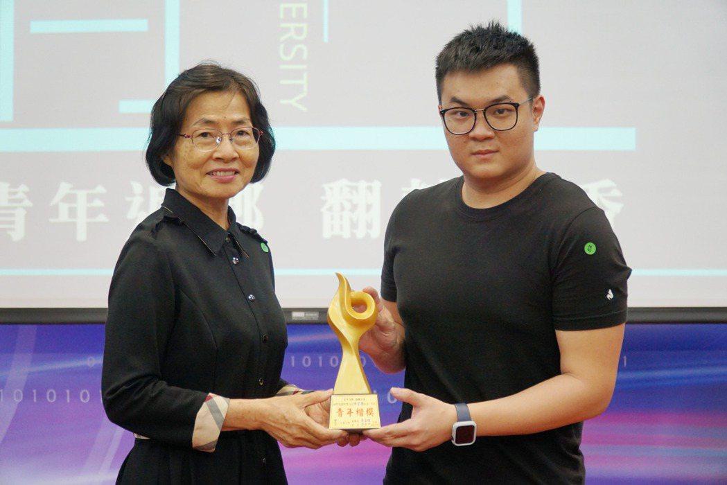 大葉大學主秘侯雪娟(左)頒發青年楷模獎盃給陳聖樺(右)。 大葉大學/提供。
