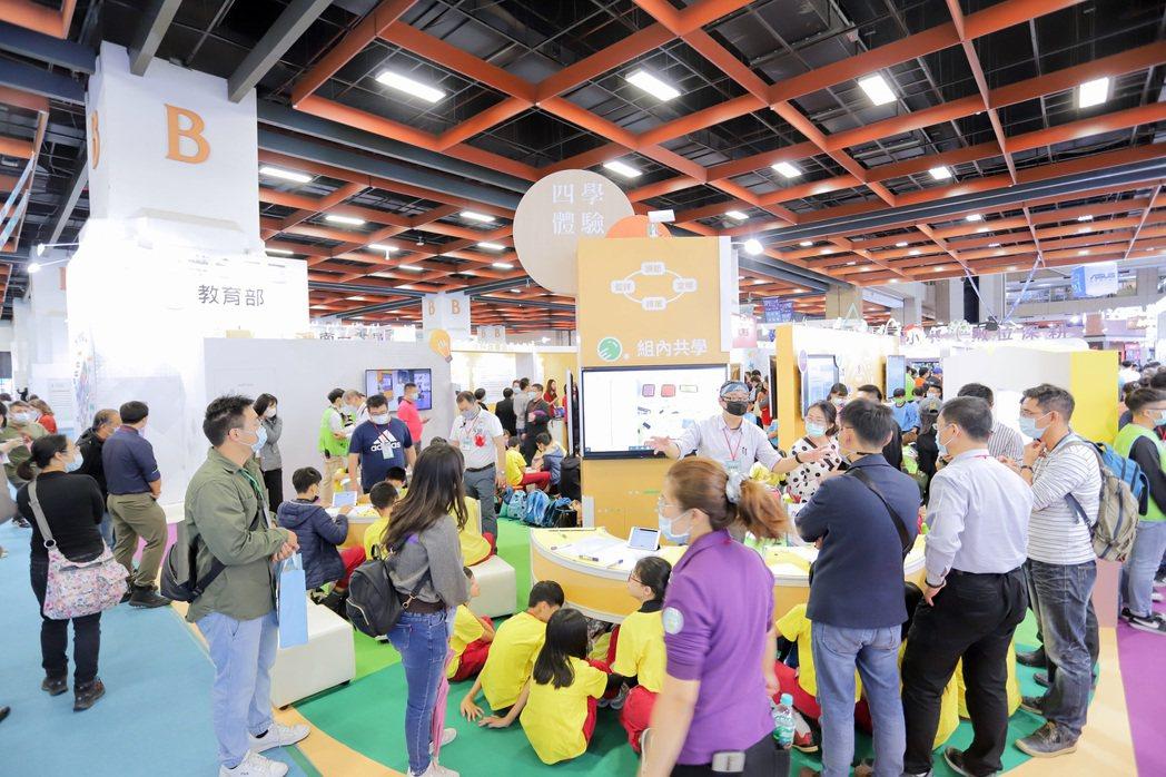 臺灣教育科技展人潮不斷。 彭子豪/攝影