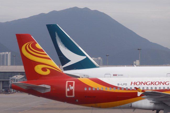 疫情影響導致乘客量大減,陷入危機的業者嘗試發行債券與新股,甚至出售旗下飛機再租回...