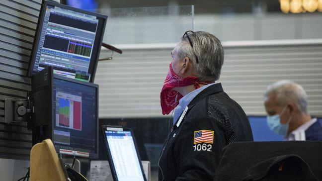 儘管新冠肺炎疫情肆虐世界各國,但全球股市不僅未慘跌,反而迭創新高。圖/美聯社