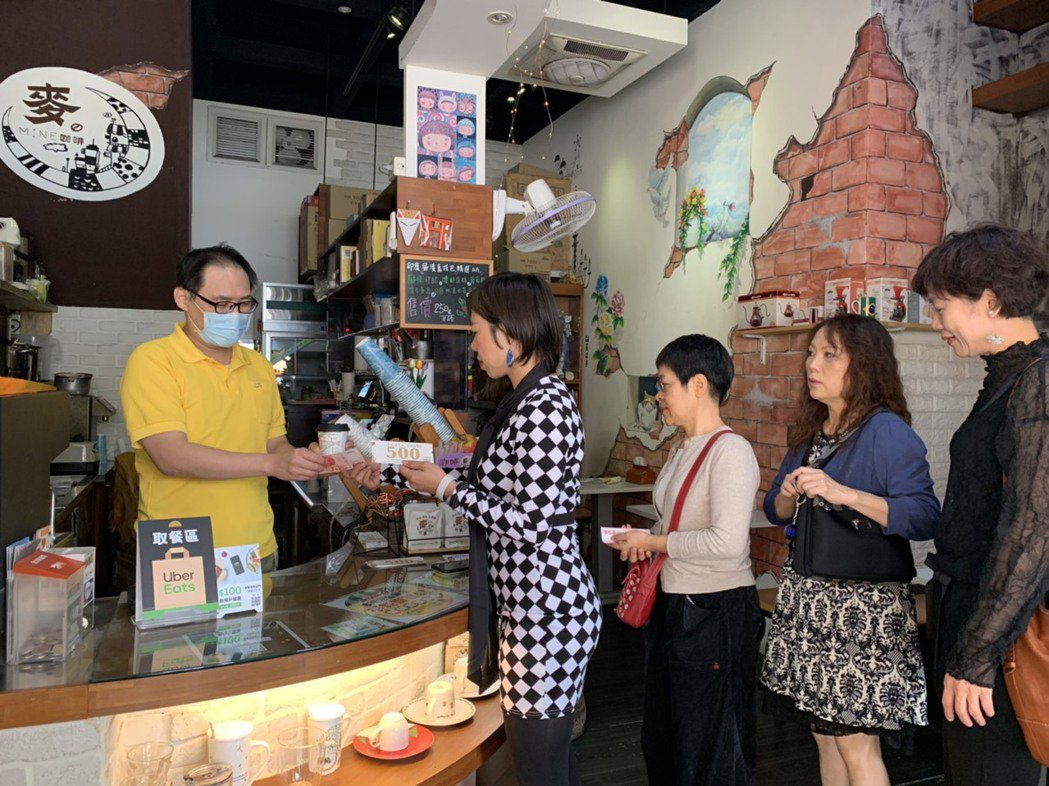 麥咖啡老闆曾貴儀親自接待消費者,並現場解說進擊住宿券的使用方式。 楊鎮州/攝影