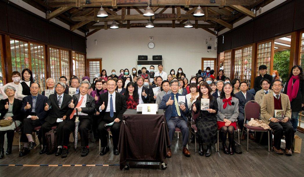 藝文界人士、國立歷史博物館同仁及與會貴賓們,一同慶祝史博館65週年生日快樂。
