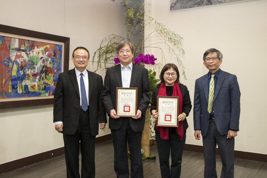 文物捐贈人家屬代表黃河清先生(左2)及黃秋菊女士(右2),分別慨捐藝術家黃歌川及...