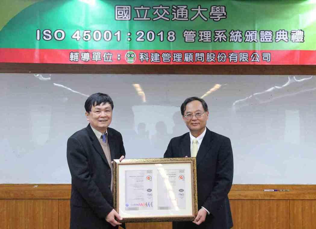 台灣檢驗科技(SGS)資深副總裁黃世忠(右)頒發ISO 45001:2018證書...