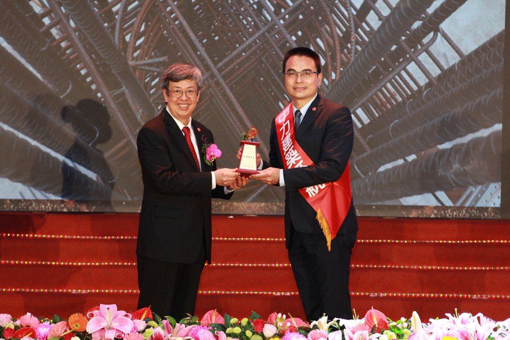 前副總統陳建仁(左)將獎盃頒發給戴雲發執行長,此次的獲獎代表著評審團,對戴雲發執...