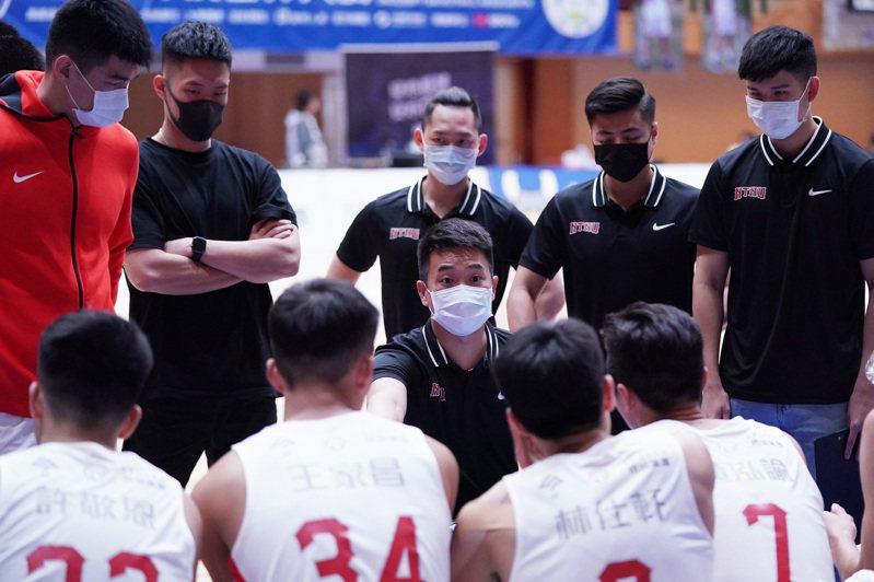 配合體育署「秋冬防疫專案」,UBA今起實施場邊球員席之球員及隊職員都需配戴口罩。 大專體總提供