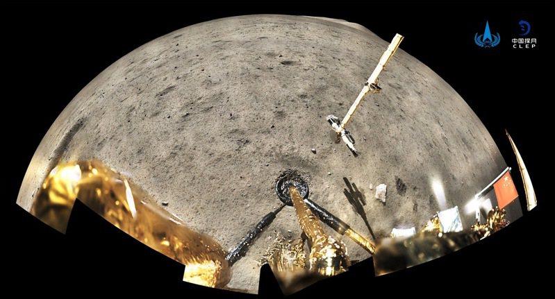 大陸國家航天局四日公布,嫦娥五號在月球表面進行五星旗展示的照片。新華社