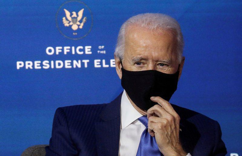 美國總統當選人拜登將要求所有美國人,在他上任百日內戴口罩。路透