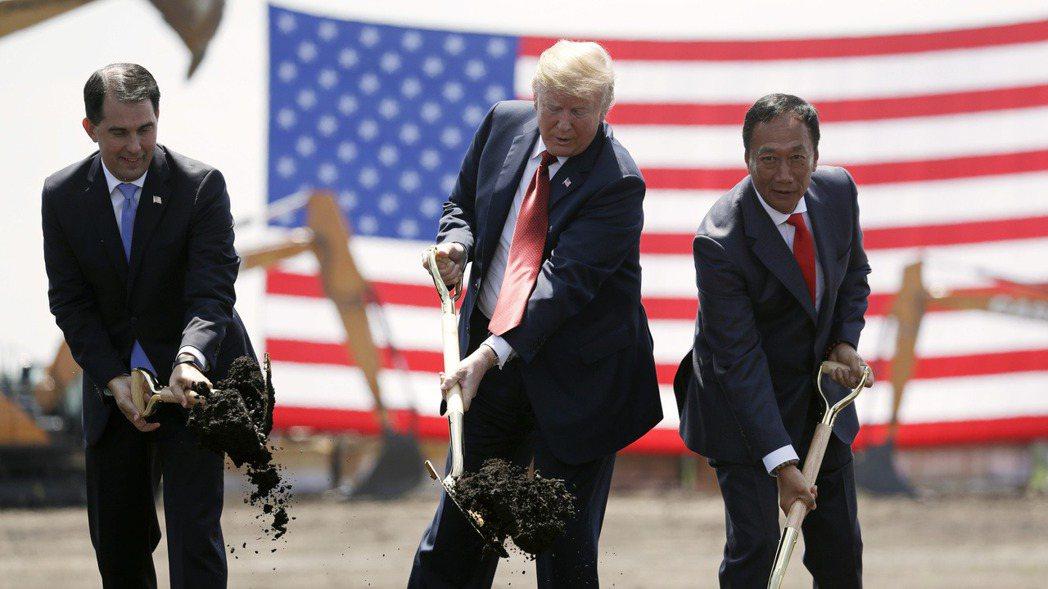 鴻海創辦人郭台銘(右)2018年6月28日與美國總統川普(中)和時任威斯辛州州長...