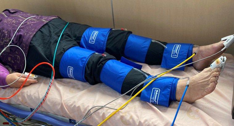 非侵入性下肢周邊血管檢查,躺在診療床上接受機器測量即可,快速又無不適感。圖/大千...