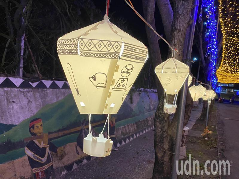 「燈海隧道」兩旁有學生繪圖設計的熱氣球造型燈籠。記者尤聰光/攝影