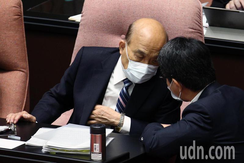 行政院長蘇貞昌(左)上午到立法院進行施政總質詢,宣讀報告事項時頻頻和立委交換意見。記者蘇健忠/攝影