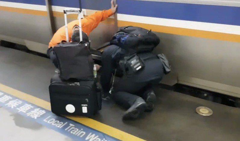 列車長要趴在地上才可以開車門。圖/台鐵產業工會提供