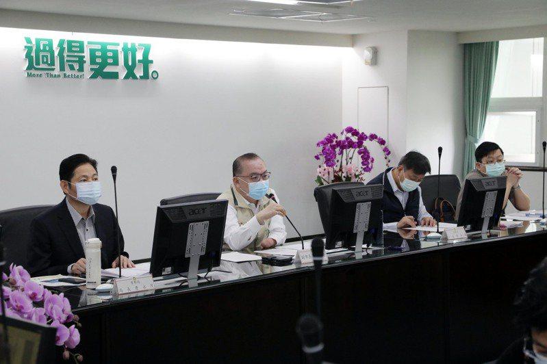 台南市副市長許育典(左二)今天主持第3次「擴大校園安全會報」,宣布市長黃偉哲核定動支第二預備金1億2200萬元,逐步增設路燈、汰換並新增監視錄影系統。圖/台南市政府提供