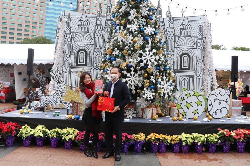 今年耶誕市集規畫一座5米高的「告白幸福鐘」,吸引民眾拍照打卡。記者吳亮賢/攝影