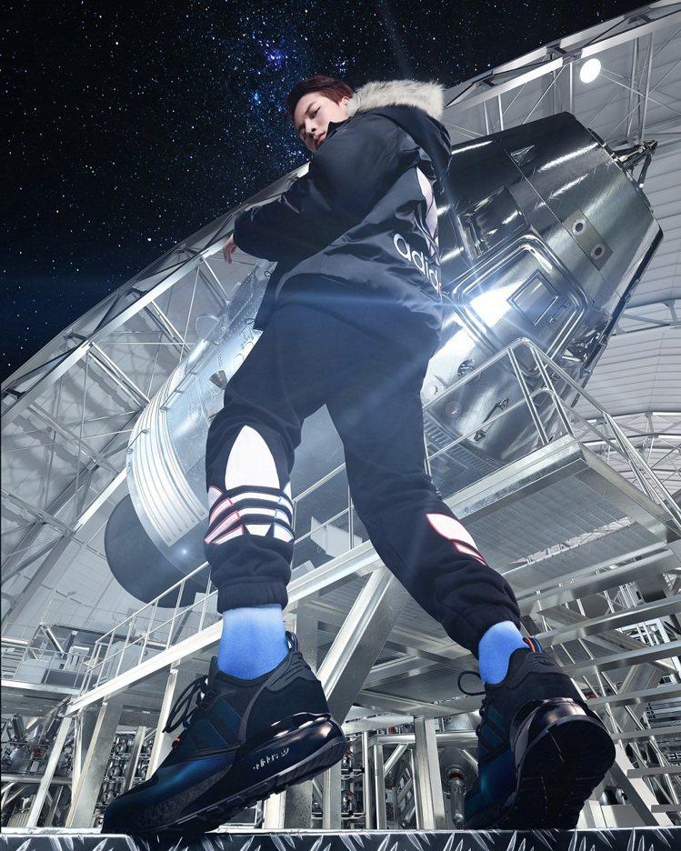 王嘉爾率先上腳adidas Originals ZX 2K BOOST太空限定配...