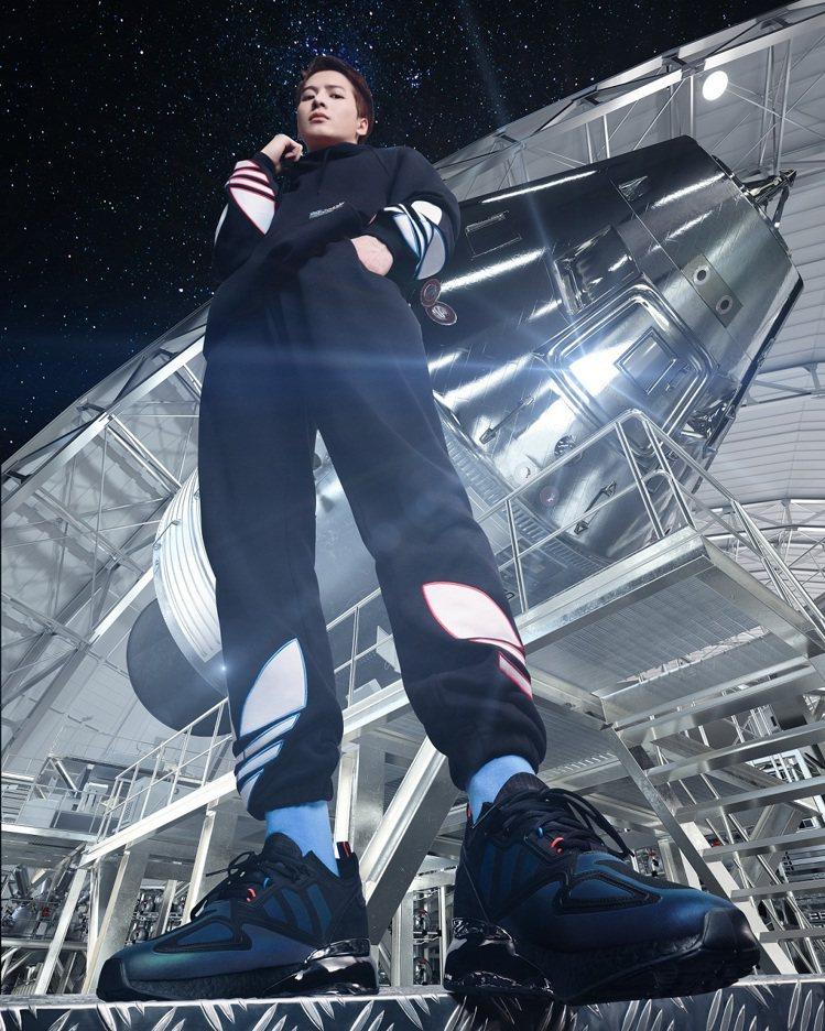 王嘉爾穿著adidas Originals ZX ALKYNE鞋,以個性純黑為主...