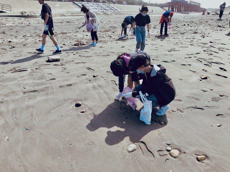 台中市政府觀光旅遊局鼓勵民眾揪團到大安濱海樂園淨灘,今年至今已有78個民間團體、超過5000人次參與淨灘,共清理出101.7噸的垃圾。圖/台中市政府提供