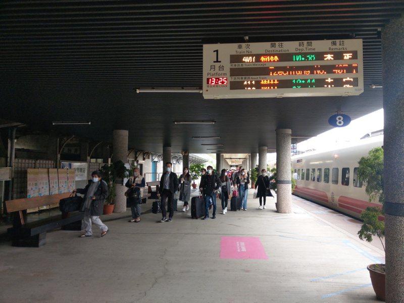 開往台北的對號列車,目前僅行駛至宜蘭站,北上旅客需轉乘國道客運。記者張議晨/攝影